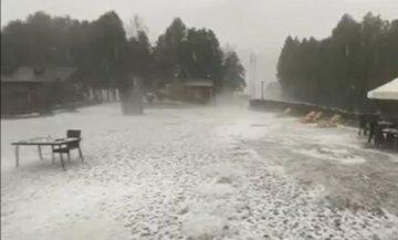 Сильный град внезапно обрушился на Украину, летняя стихия уже наделала бед: кадры аномалии