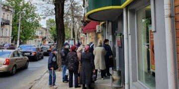 """В Одесі натовпи людей штурмують банки в розпал карантину, фото: """"в черзі за вірусом"""""""