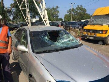 """У Одесі """"нацисти"""" розбили скло водію з колорадською стрічкою (фото)"""