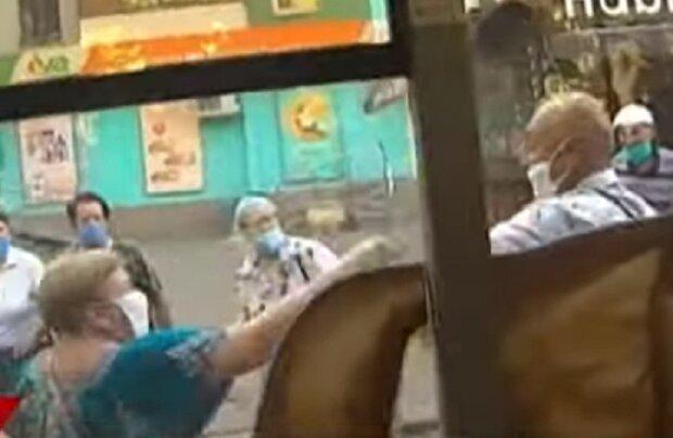Пенсионеры устроили бойню на остановке, кадры: что не поделили жители Кривого Рога