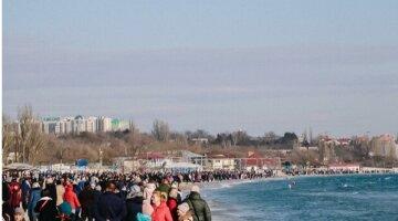 """Погода заставила одесситов изолироваться на море, фото: """"толпа, как на майские"""""""