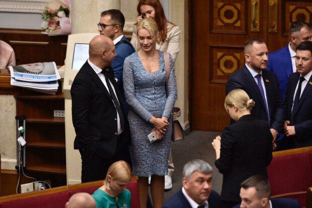 «Яременко все-таки домовився»: слуга народу прийшла в Раду в прозорому міні, фото злили в мережу