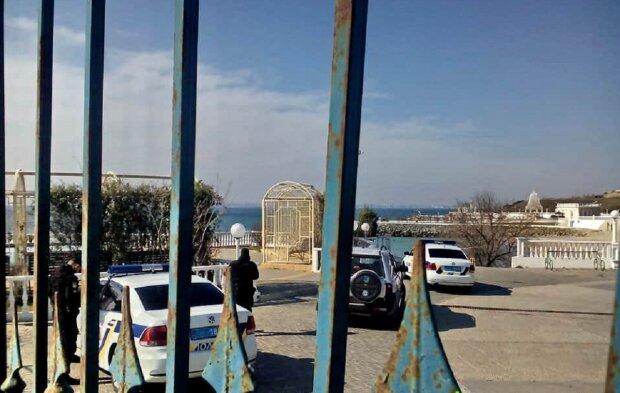 """Отдыхающим перекрыли доступ к пляжу под Одессой аж на 2 км, фото: """"Не для тварей дрожащих"""""""