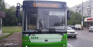 В Харькове обстреляли троллейбус с людьми: подробности и фото с места ЧП