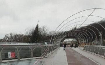 ЧП со стеклянным мостом в Киеве, территория оцеплена: кадры с места событий