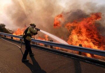 Потужна пожежа пожирає все на своєму шляху, людей екстрено евакуюють: «у вогні тисячі гектарів», кадри НП