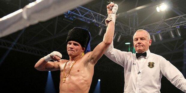 На коне и под казацкий марш: украинский боксер эффектно появился на бой