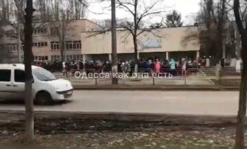 Масштабна загроза вибуху в Одесі, дітей терміново вивели на вулицю: кадри того, що відбувається
