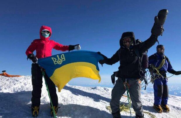Известная спортсменка спела гимн Украины на самой высокой точке Антарктиды: трогательное видео
