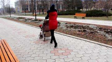 Мама с коляской, фото: скриншот You Tube