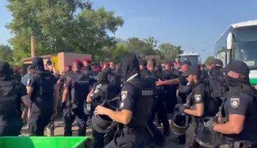 Массовую драку устроили во время поднятия флага Украины: на месте много полиции, фото