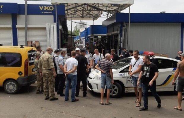 В Харькове мужчина швырнул гранату на рынке: кадры с места ЧП
