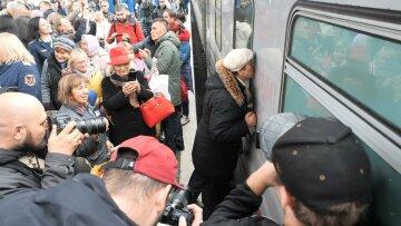 """Раскрылась правда о фанатке Путина, целовавшей поезд: """"там таких вагон"""""""