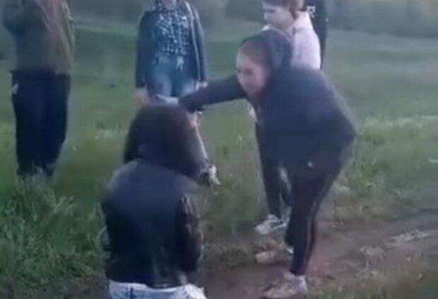 На Харьковщине компания устроила самосуд над девушкой с инвалидностью: кадры  слили в сеть