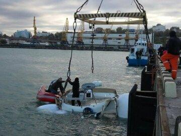 Затонувшую во время одесского урагана яхту подняли со дна (фото)