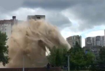 В центре Киева прорвало трубы, струи воды поднялись на десятки метров: кадры и детали ЧП