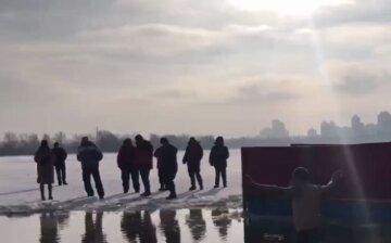 Несмотря на запрет и локдаун: киевляне устроили массовые купания на Крещение, видео