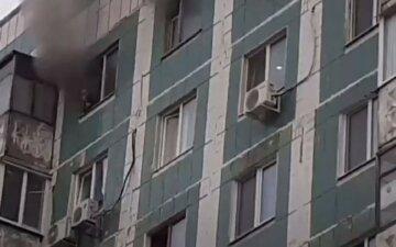 Огонь охватил квартиру с детьми на Донбассе: кадры и подробности с места