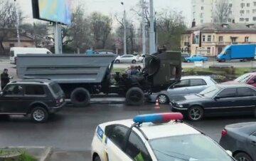 "В Одессе грузовик выехал на встречку и устроил ДТП, фото: ""От удара отбросило на..."""