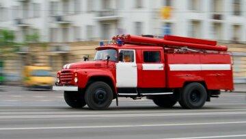 спасатели-пожарная машина