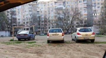 """Одеські автохами вийшли на новий рівень цинізму, кадри неподобства: """"не дають місця дітям"""""""