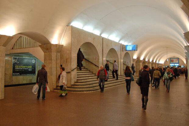 Maydan_Nezalezhnosti_metro_station_Kiev_2010_03