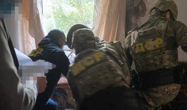 Священник устроил торговлю оружием во Львове: кадры внушительного арсенала
