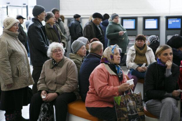 """""""Просто пекло"""": пенсіонери пішли на штурм Пенсійного Фонду Дніпра, кадри подій"""