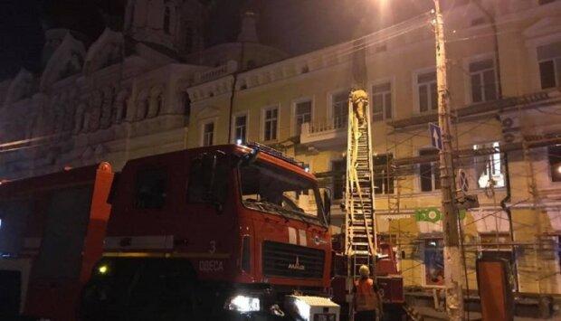 Пожар охватил старинный дом в центре Одессы: кадры огненного ЧП