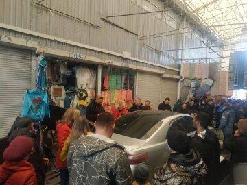 """Авто на швидкості влетіло в натовп на """"Барабашово"""": кадри і перші деталі НП"""