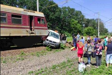 Поезд снес микроавтобус на переезде: водитель надеялся проскочить, кадры ДТП