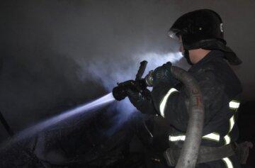 Огонь уничтожил грузовик и ангар в Одессе, спасателям пришлось нелегко: кадры пожара