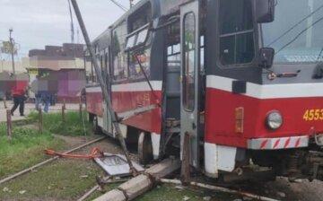 Трамвай в Харькове сошел с рельсов и врезался в столб, есть пострадавшие: кадры аварии