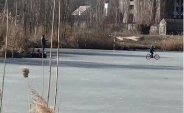 """""""Батько року"""" в Харкові знімав на телефон, як син катається по крихкому льоду: """"На вулиці +10"""""""