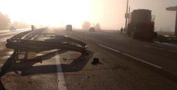 """На Одесчине грузовик с комбайном попал в аварию, кадры жуткого ДТП: """"протаранил ограждение и ..."""""""