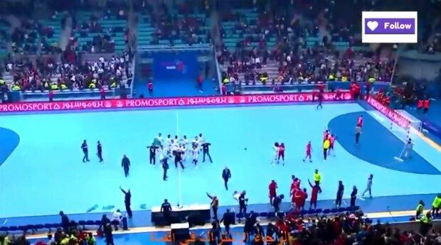 Розлючені фанати накинулися на фіналістів відбору Олімпіади, відео бійні