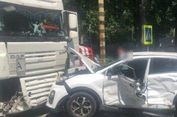 Грузовик раздавил легковушку, в авто находились дети: кадры ДТП под Киевом