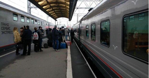поезд в крыму, российский поезд, поезд россия, крым, вокзал, перрон