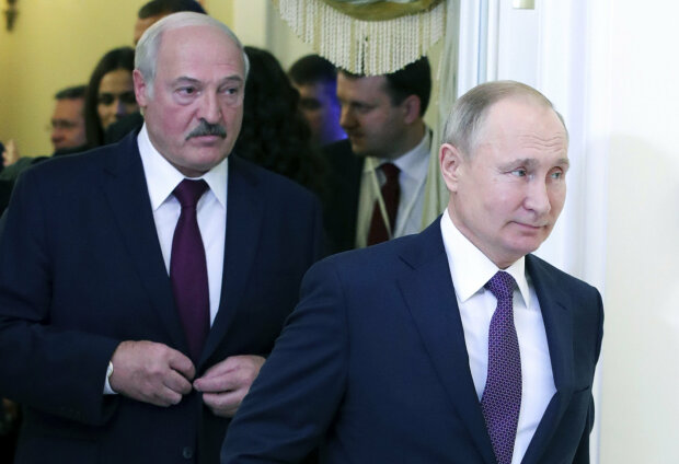 """Путіна засікли в обнімку з Лукашенком в невідповідний момент, скандальний кадр: """"Кохання зле, покохаєш й..."""""""