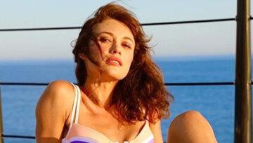 """Украинская девушка Бонда в купальнике эффектно задрала ноги прямо на стол: """"Потрясающий вид"""""""