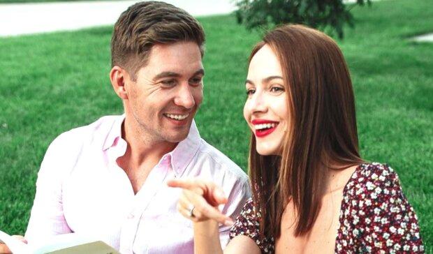 Остапчук хвастнул красоткой-женой в платье с очень глубоким вырезом: «Мистер и миссис Смит»