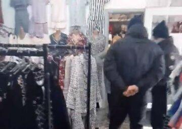 """""""Вы мешаете работать!"""": украинка выгнала полицейских из магазина во время проверки"""
