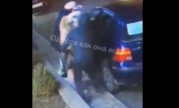 """В Одесі чоловіка застукали за мерзенним заняттям, відео: """"проводив даму, а потім..."""""""