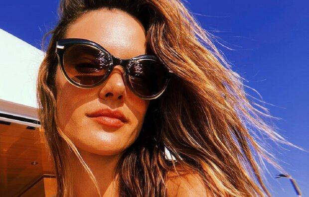 """Соблазнительный ангел Victoria's Secret изумила видом в мокром бикини: """"Поцелованная солнцем"""""""