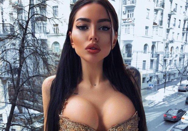 Українська Кардашьян без білизни побешкетувала біля дзеркала: слинки течуть від такої краси