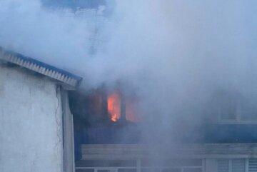 Пожежа охопила багатоповерхівку в Одесі, рятувальники не справляються з вогнем: кадри НП