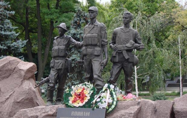 """""""АТОвці теж будуть повалені?"""": українці різко відреагували на ідею знесення пам'ятників афганцям"""
