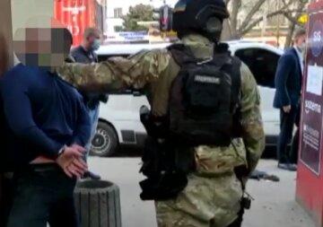 """В Одесі банда """"кришувальників"""" влаштувала нальоти на людей, відео: """"вимагали платити данину"""""""