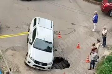 В Киеве внедорожник ушел под землю, водитель оказался в ловушке: фото с места ЧП и подробности