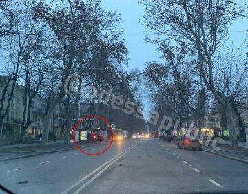 """""""Люди розлетілися по сторонах"""": водій влетів у зупинку і втік, кадри п'яного ДТП в Одесі"""